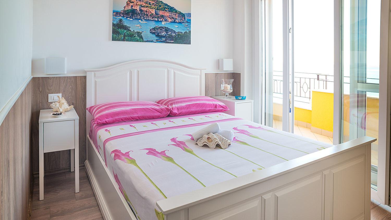 camera matrimoniale con coperta di fiori - B&B Tramonto sul Mare