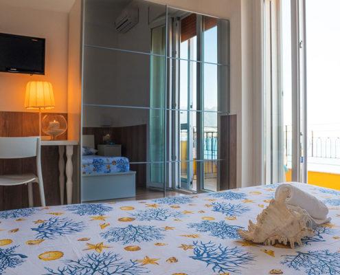 stanza matrimoniale con specchio - B&B Tramonto sul Mare